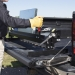 Malco- kanttikone pick-upin peräluukulla töissä