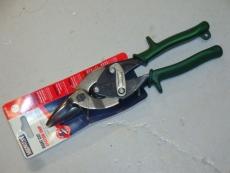 Suoraan ja oikealle leikkaavat sakset ohuen teräslevyn ja RST:n  leikkaamiseen. Hammastetut leuat estävät lipsumista kovan materiaalin leikkauksessa. Muopinnoitetut kahvat. Valm.USA